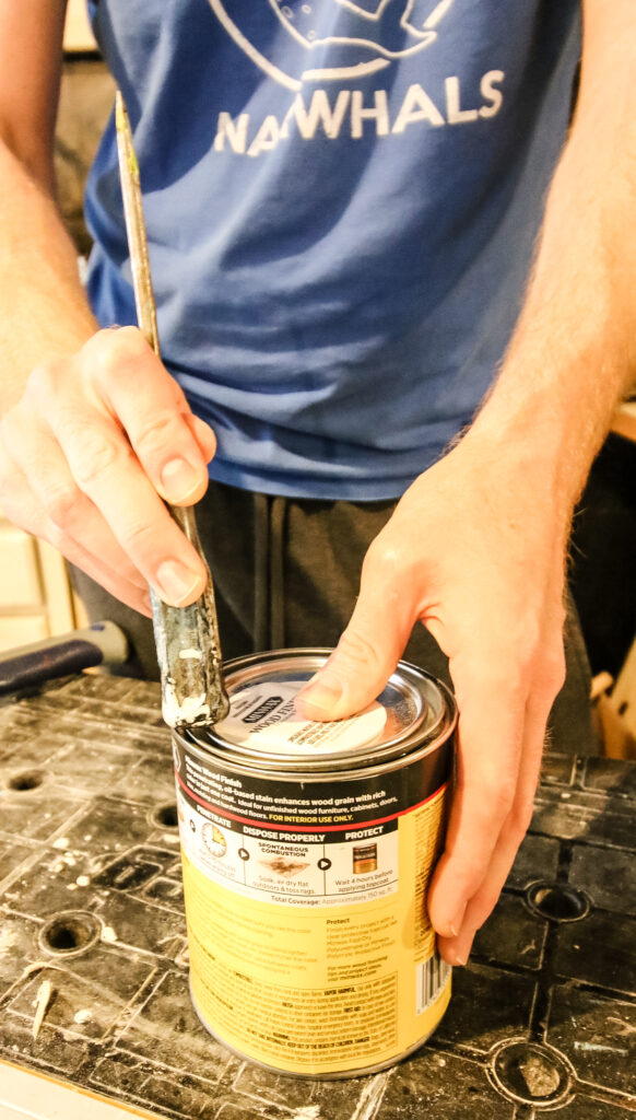 how to close a can of woodstain with a screwdriver